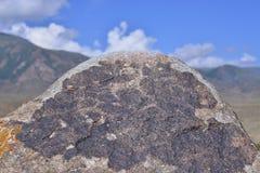 Dibujos antiguos en rocas de la montaña imagen de archivo libre de regalías