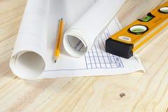 Dibujos arquitectónicos que ponen en un piso de madera Imagen de archivo libre de regalías