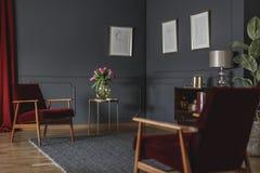 Dibujos botánicos en una pared gris oscuro en la esquina de un luxuri fotos de archivo