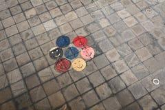 Dibujos coloridos de la cara sonriente en la cara redonda de la sonrisa de la ciudad del pavimento imágenes de archivo libres de regalías