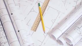 Dibujos de ingeniería y modelo Dibujos y modelo arquitectónicos de papel Modelo de la ingeniería almacen de metraje de vídeo