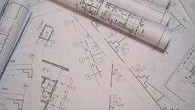Dibujos de ingeniería y modelo Dibujos y modelo arquitectónicos de papel Modelo de la ingeniería almacen de video
