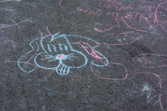 Dibujos de tiza de los niños Asphalt Concrete Outdoors Public Urban P Imagenes de archivo