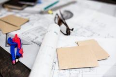 Dibujos del planeamiento de la construcción en la tabla con los lápices, regla Imágenes de archivo libres de regalías