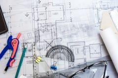 Dibujos del planeamiento de la construcción en la tabla con los lápices, regla Fotos de archivo libres de regalías