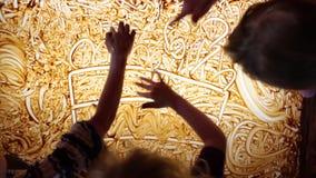Dibujos en la arcilla Los niños dibujan en las diversas figuras de la arcilla en la tabla ligera en taller de la cerámica almacen de video