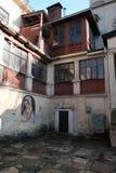 Dibujos en las paredes Yarda de la iglesia, religi?n Calle en la ciudad de Lviv Ucrania 03 15 19 foto de archivo libre de regalías