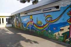 Dibujos hermosos en la pared de la escuela imagen de archivo libre de regalías