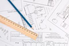 Dibujos, lápiz y regla de la ingeniería eléctrica Foto de archivo