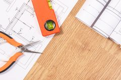 Dibujos o diagramas eléctricos, herramientas anaranjadas del trabajo para el uso en trabajos del ingeniero, espacio de la copia p Fotografía de archivo libre de regalías