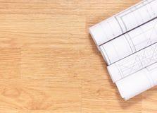 Dibujos y diagramas eléctricos, espacio de la copia para el texto en los tableros de madera Foto de archivo