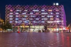 DIbyggnadskomplex i Köpenhamn på natten från Radhuspladsen royaltyfria bilder