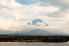 Dica il cratere di Fuji san con la nuvola intorno nella stagione di autunno Immagine Stock Libera da Diritti
