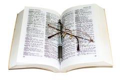 Diccionario, pluma y vidrios 3 Imagen de archivo libre de regalías