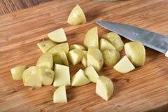 Diced картошки на разделочной доске Стоковое фото RF