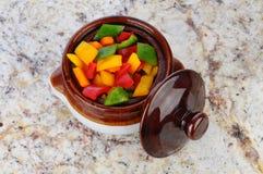 Diced перцы в шаре глиняного кувшина Стоковое Изображение RF