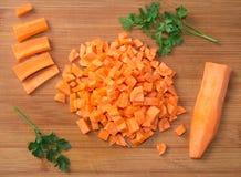 Diced сырцовые моркови на прерывая доске Стоковые Фотографии RF