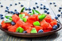 Diced arbuz z kiwi owoc i czarnymi jagodami, selekcyjny focu Fotografia Royalty Free