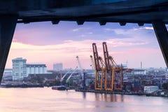 5 dicembre 2017, Bangkok, porto della nave da carico nell'attesa del porto di spedizione Fotografie Stock Libere da Diritti