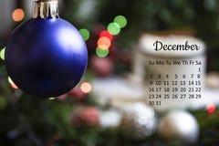 Dicembre 2018 calendario con la decorazione di vigilia del nuovo anno fotografia stock libera da diritti
