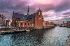 5 dicembre 2016: Costruzione nella vecchia città di Copenhaghen, Denma Immagini Stock Libere da Diritti