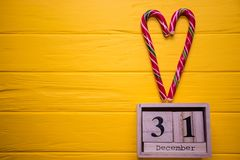 31 dicembre giorno 31 dell'insieme di dicembre sul calendario di legno sul fondo di legno giallo della plancia Fotografie Stock Libere da Diritti