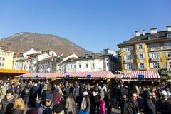 5 dicembre 2015 grande negozio della folla al natale annuale di Bozen Fotografie Stock Libere da Diritti