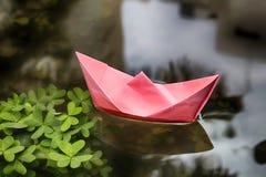 Dicembre, inverno in Israele Gli origami spediscono le vele in una pozza formata dopo pioggia fotografie stock