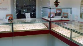 30 dicembre 2017, Mtsensk, Russia, editoriale - vetrina di una gioielleria Elementi dell'oro e dell'argento con le pietre prezios stock footage