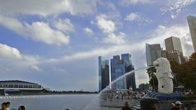 1° dicembre 2014, Singapore, Singapore: Lasso di tempo panoramico aggiornato di Merlion e di Marina Bay Sands archivi video