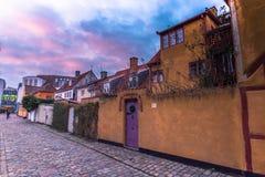 3 dicembre 2016: Una casa gialla nella vecchia città di Helsingor, Immagine Stock Libera da Diritti