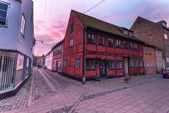 3 dicembre 2016: Una vecchia casa rossa nella vecchia città di Helsingor, Fotografie Stock Libere da Diritti