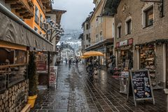 16 DICEMBRE 2017 - ZELL VEDONO L'AUSTRIA La via nella città Zell della cittadina vede nel tempo di natale con le decorazioni e la Immagini Stock Libere da Diritti