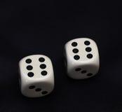 2 dices двойник 6 на черноте Стоковые Изображения