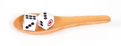 2 dices в деревянной ложке на белизне Стоковое фото RF