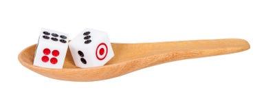 2 dices в деревянной ложке на белизне Стоковое Изображение
