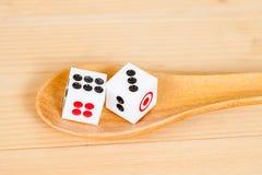 2 dices в деревянной ложке Стоковое Изображение RF