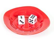 2 dices в красном блюде на белизне Стоковые Фото