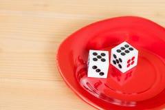 2 dices в красном блюде на древесине Стоковое фото RF
