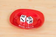 2 dices в красном блюде на древесине Стоковые Фотографии RF
