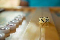 Dices для нард Задний конец игры таблицы gammon вверх по съемке Стоковая Фотография