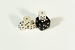 Dices - играть в азартные игры, везение и концепция игры стоковые фотографии rf
