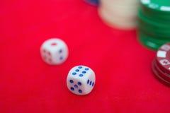 Dices и обломоки покера на красном цвете Стоковые Изображения RF