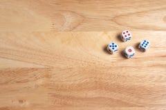 dices на деревянной поверхности стоковая фотография