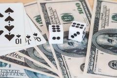 Dices на деревянной таблице с долларом США и карточкой Стоковая Фотография RF
