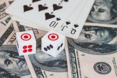 Dices на деревянной таблице с долларом США и карточкой Стоковое Изображение