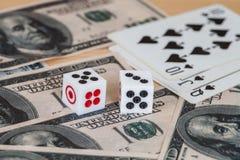 Dices на деревянной таблице с долларом США и карточкой Стоковая Фотография