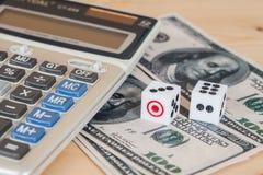dices на деревянной таблице с долларом США и калькулятором Стоковая Фотография
