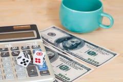 dices на деревянной таблице с долларом США и калькулятором Стоковые Изображения RF