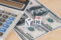 dices на деревянной таблице с долларом США и калькулятором Стоковое фото RF